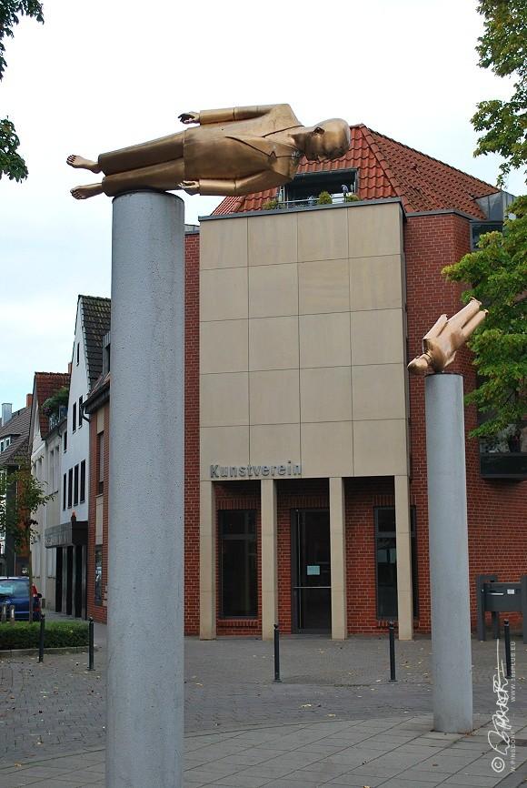 Vor dem Eingang in die Ausstellung des Kunstvereins